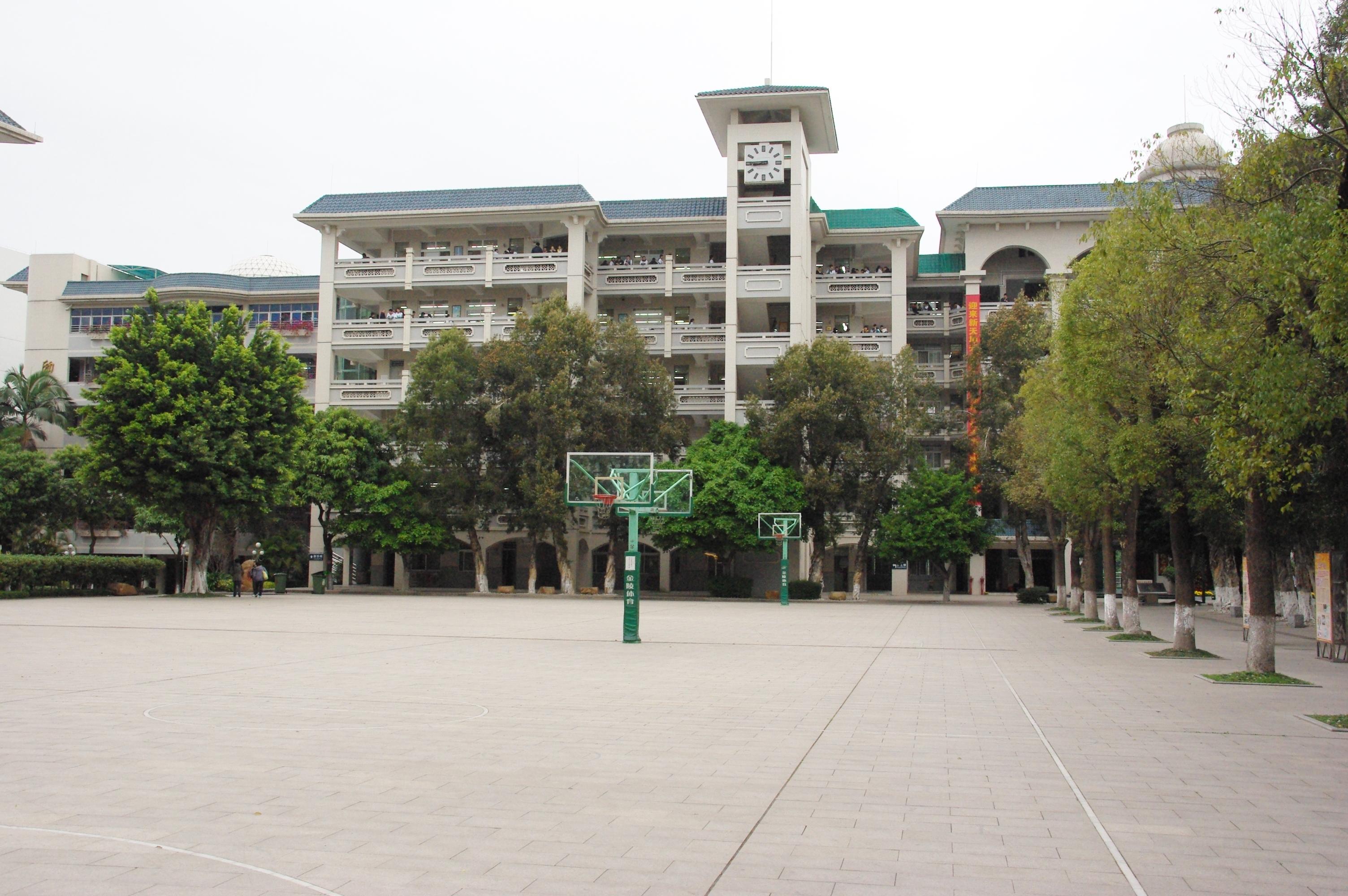 Schulhof 6. Schule