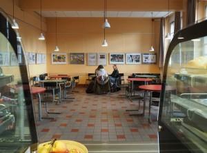 Die neue Cafeteria. Blick aus der Küche.