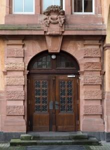 Über hundert Jahre alte olide Schreinerarbeit: Tür zum Schulgebäude vom großen Hof aus gesehen.