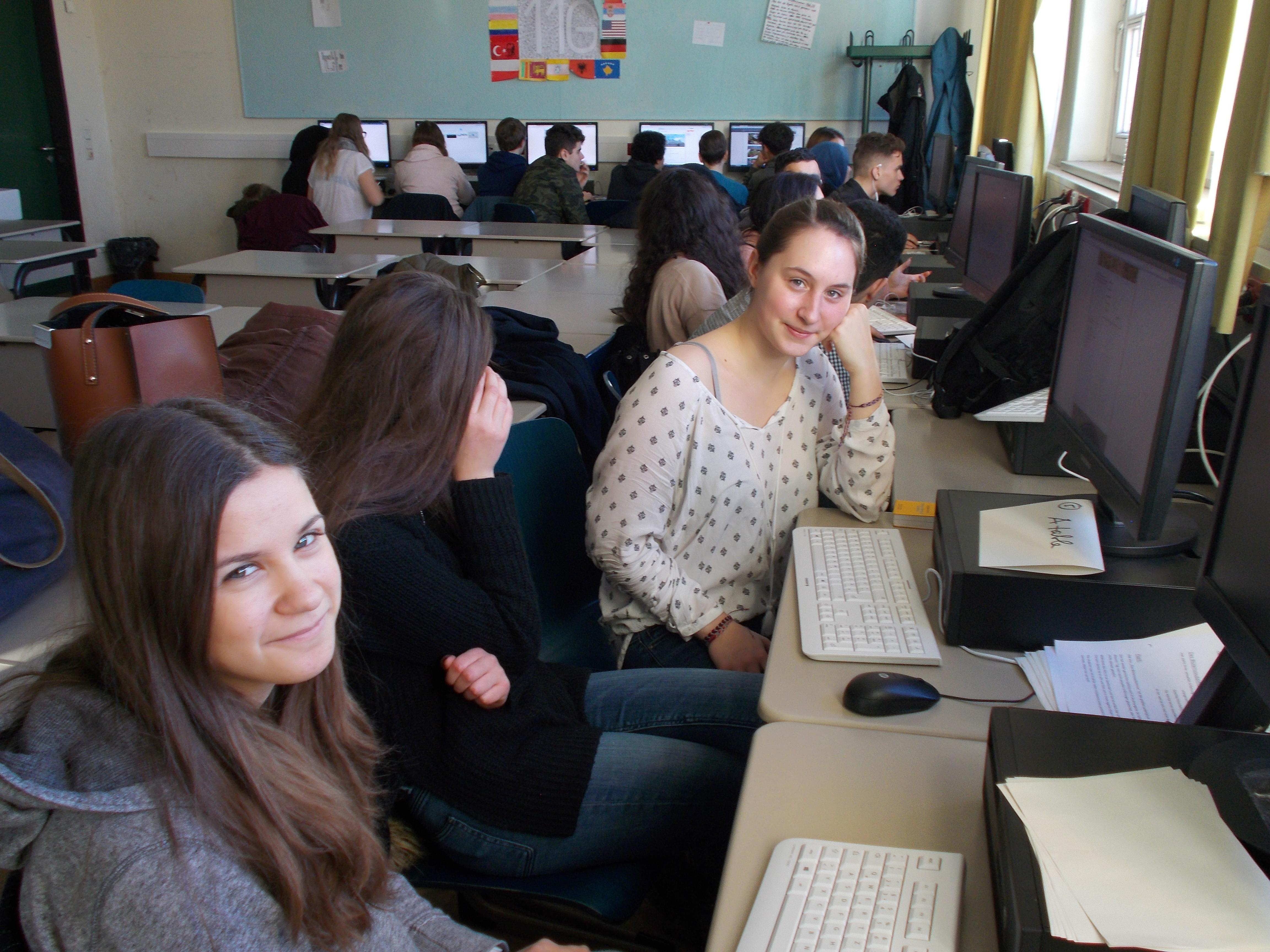 Die Schüler/innen bearbeiten die Aufgaben an den Rechnern.