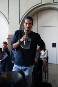Den Podiumsrednern auf den Zahn gefühlt: Jakob Ali Khogali aus dem PoWi-Leistungskurs gibt sich mit den üblichen Floskeln und Beschwichtigungen nicht zufrieden.